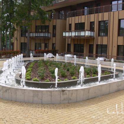 Strūklaka pie daudzdzīvokļu ēkas Jūrmalā / 2012. gads