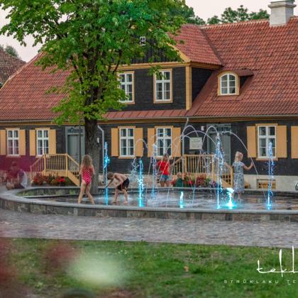 Sausā strūklaka rātslaukumā pie Kuldīgas domes / 2013. gads